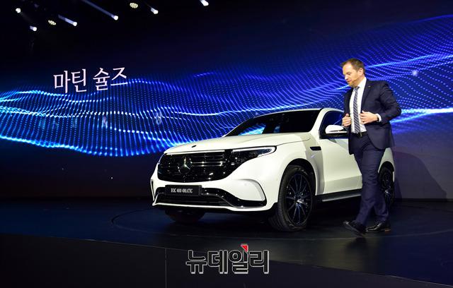 [포토] 전기SUV EQC 소개하는 마틴슐즈 부사장