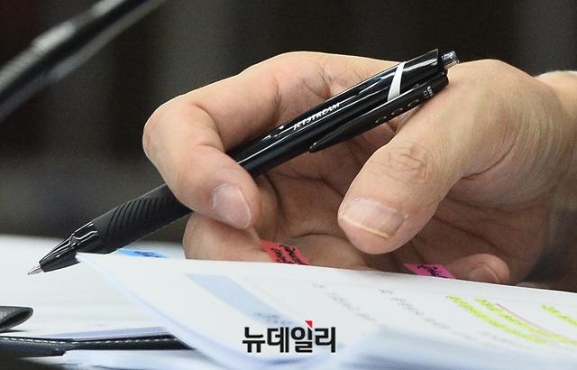 【悲報】文大統領側近チョ・グク氏、記者会見で日本製のペンを使ってしまう痛恨のミス
